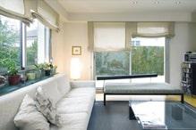 umseitig beleuchtetes Wohnzimmer mit grossen Fenstern