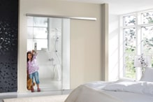 Glassschiebetuer als trennung zwischen Schlaf- und Badezimmer