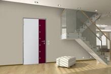 gedimmt beleuchteter Uebergangsbereich mit Treppe und rot weisser Zimmertuer