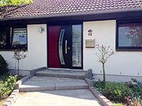 moderne Haustuer beim Einfamilienhaus